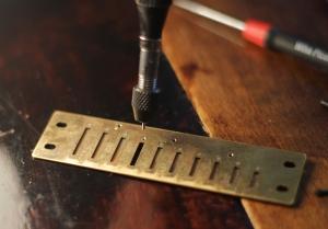 Ruuvi kiinni kielilaattaan. Tällä työkalulla ei tarvitse vielä kiristää ruuvia.